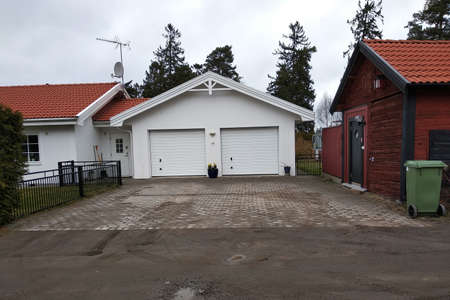 White new garage for two cars and wooden barn on private house yard. Stockfoto - 131638097