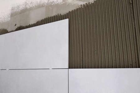 Pose de carreaux céramiques muraux sur mortier colle.