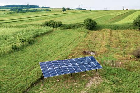 Widok z góry na dół z paneli słonecznych w zielonym obszarze wiejskim. Zdjęcie Seryjne