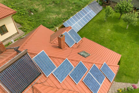 Aerial view of a new autonomous house with solar panels and water heating radiators on the roof. Stockfoto