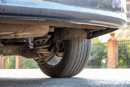 Nahaufnahme eines Autorades in der Nähe von Bordstein auf der Straßenseite auf einem Parkplatz geparkt.