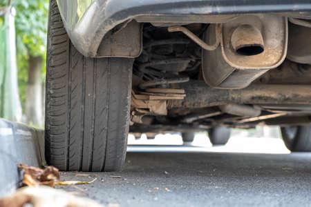 Nahaufnahme eines Autorades in der Nähe von Bordstein auf der Straßenseite auf einem Parkplatz geparkt. Standard-Bild