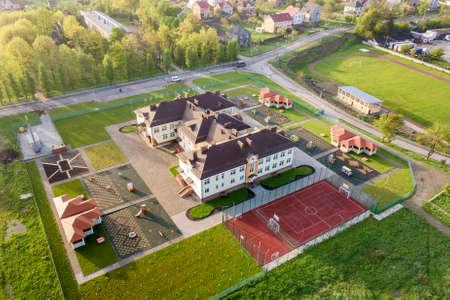 Luchtfoto van het nieuwe prescool-gebouw in een landelijke woonwijk. Stockfoto