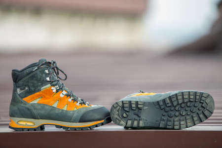 Un par de botas de invierno de trekking de cuero sobre fondo borroso