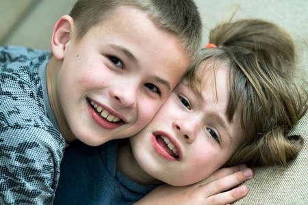 Zwei Kinder, Jungen und Mädchen, die herumalbern und gemeinsam Spaß haben. Glückliches Kindheitskonzept.