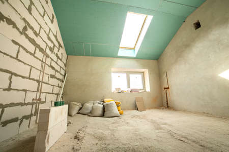 Interior of an apartment room with walls and ceiling under construction. Banque d'images