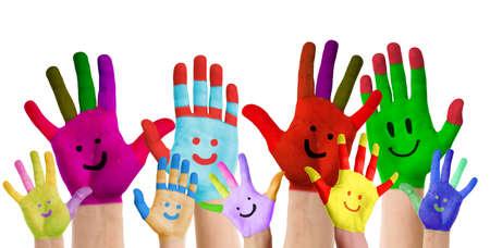 kinder: sonriendo manos coloridas levantado Foto de archivo