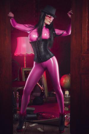 sexy Frau im rosafarbenen Latex