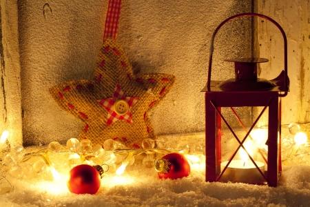 Oude venster met lantaarn en sneeuw