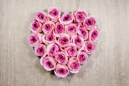 Pink roses Heart shape on rustic wood Standard-Bild