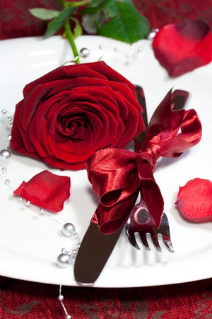 Romantic dinner setting with a rose Banque d'images