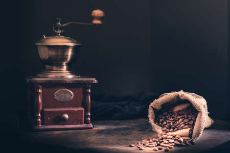molinillo: Coffee Beans and coffee grinder Foto de archivo