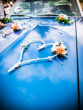 the wedding decoration on the bonnet Zdjęcie Seryjne - 94279833