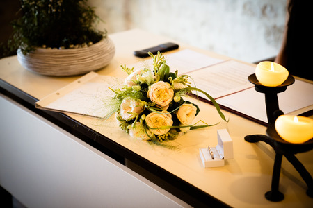 In the registry office, the bridal bouquet is on the table and the celebration begins Archivio Fotografico