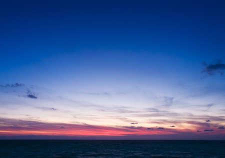 cielo y mar: Hermoso paisaje marino durante la puesta del sol Foto de archivo