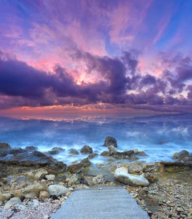 Schöne Seelandschaft bei Sonnenuntergang