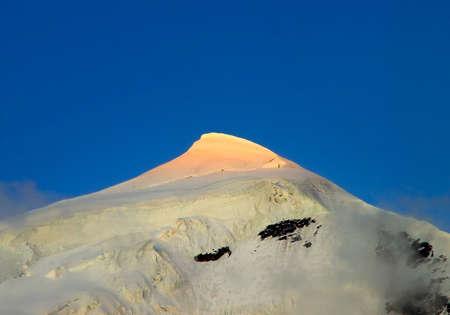 Alta montagna innevata durante il tramonto Archivio Fotografico - 19269205