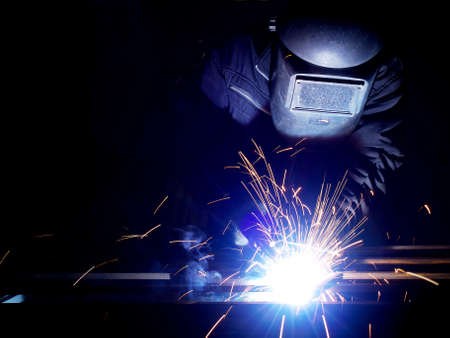 soldador: Soldadura en la construcci�n de la f�brica y de fabricaci�n Foto de archivo