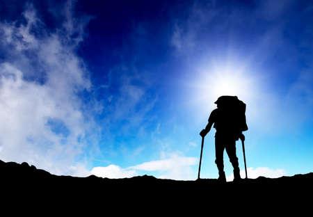 Silhouette eines Touristen in den Bergen Sport und aktives Leben Standard-Bild