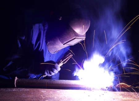 soldador: Soldador en el lugar de trabajo industrial Foto de archivo