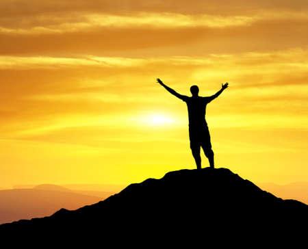 Silhouette von einem Gewinner auf dem Berg