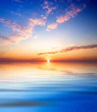 Himmel und Reflexion im Meerwasser Standard-Bild