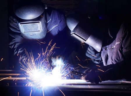 soldadura: Soldadores del equipo en el lugar de trabajo industrial Foto de archivo