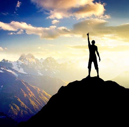Sillhouette eines Champions auf dem hohen Berg. Sport und Freizeit