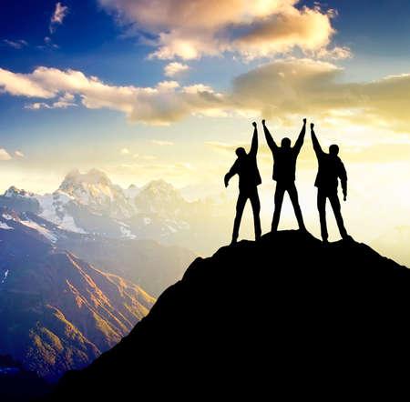 Sillhouettes eines Champions auf dem hohen Berg Sport und aktives Leben