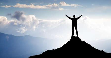 Silhouet van de winnaar op de berg top Stockfoto