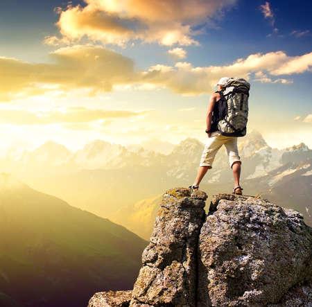 Toerist op rots sport en actieve leven concept