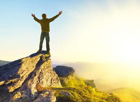 Campeón en la cima de la montaña. Deporte y concepto de vida activa Foto de archivo - 32803452