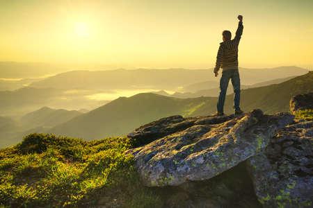 vítěz: Vítěz na vrcholu hory. Sport a aktivní život koncept Reklamní fotografie