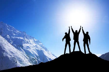 Silhouette Team auf Berggipfel. Sport und aktiver Lebenskonzept