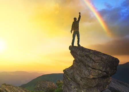 persona sentada: Ganador en la cima de la monta�a. Deporte y concepto de la vida activa