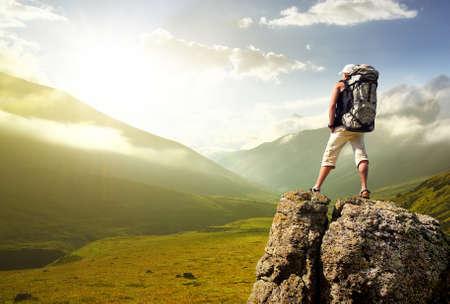 Toerist in hoge bergen. Actieve leven concept