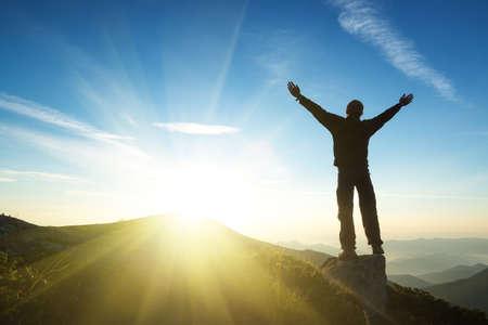 libertad: Ganador en la cima de la montaña. Deporte y concepto de la vida activa