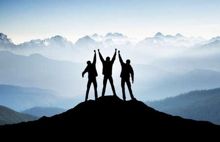 exito: Equipo en la cima de la montaña. Concepto de la vida activa