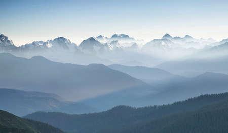 산 계곡에서 일출 동안 언덕입니다. Beautisul 자연 풍경