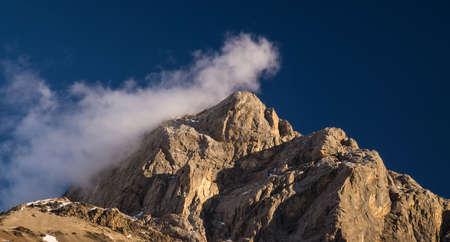 paisaje natural: Pico de alta monta�a durante el amanecer. Paisaje natural
