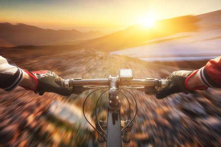 andando en bicicleta: Rápido viaje en bicicleta en el valle de montaña. Deporte y concepto de vida activa