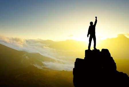 ganador: Silueta Ganador en la cima de la monta�a. Deporte y concepto de vida activa Foto de archivo