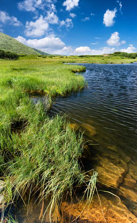 paisaje natural: Lake in mountain valley. Beautiful natural landscape