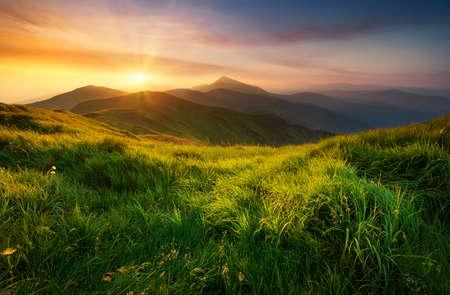 verano: Valle de la montaña durante el amanecer. Paisaje de verano Natural Foto de archivo