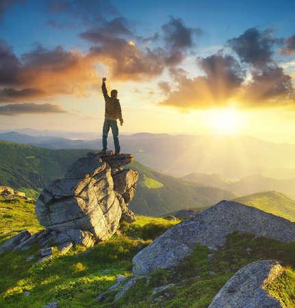 stijger: Silhouet van een kampioen op de bergtop. Actieve leven concept Stockfoto