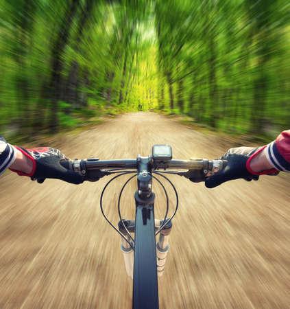 deportistas: Paseo en bicicleta por la carretera en el bosque de verano. Deporte y concepto de vida activa