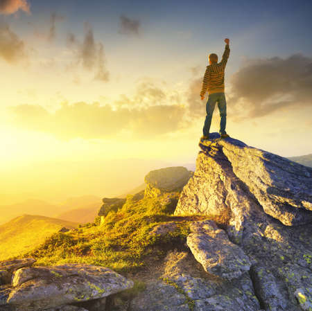 Winnaar op de bergtop. Sport en actie leven concept Stockfoto