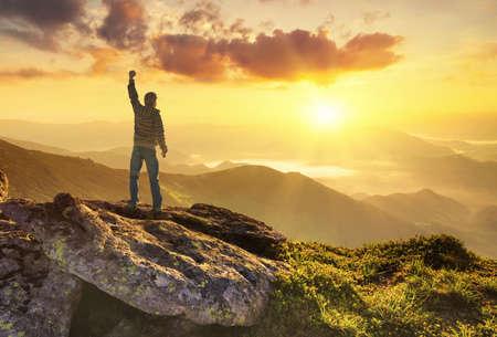 Silhouette eines Champions auf Berggipfel. Aktive Lebenskonzept