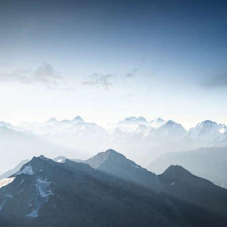 아침 시간에 높은 산. 아름다운 자연 풍경