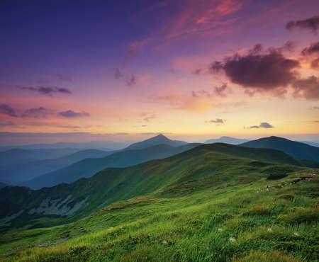 Berg Tal bei Sonnenaufgang. Natürliche Sommerlandschaft Standard-Bild